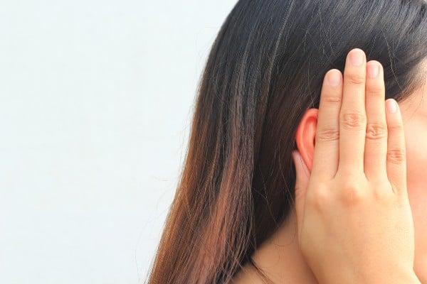 mulher com desconforto no ouvido