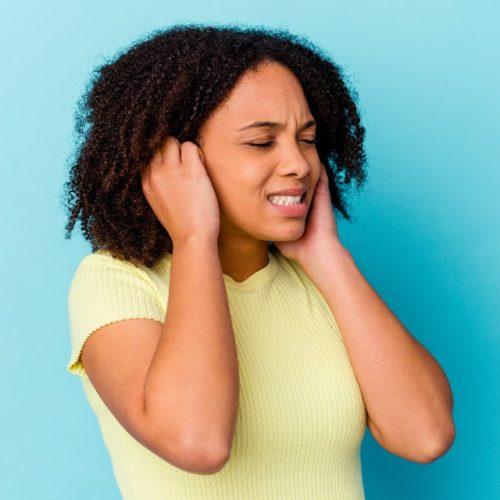 mulher com zumbido no ouvido
