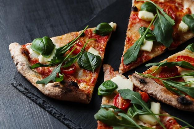 pedaços de pizza vegetariana saudável
