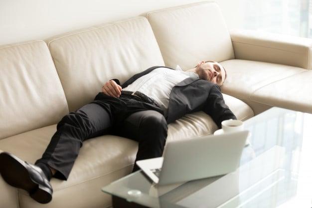 pessoa deitada no sofá dormindo