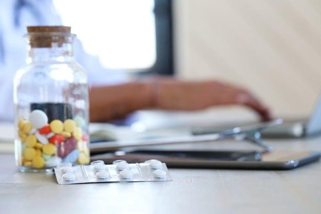 pílulas em um vidro