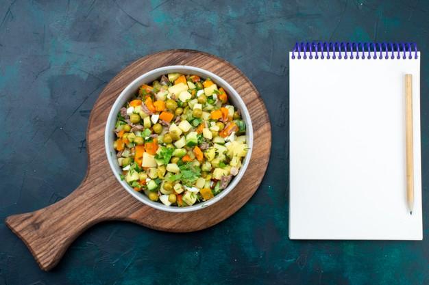 Receita com salada para almoço light e grão-de-bico