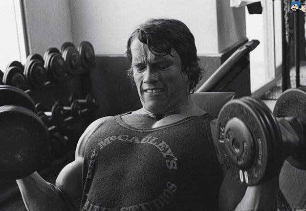 Arnold Schwarzenegger treinando