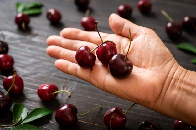 cerejas na mão