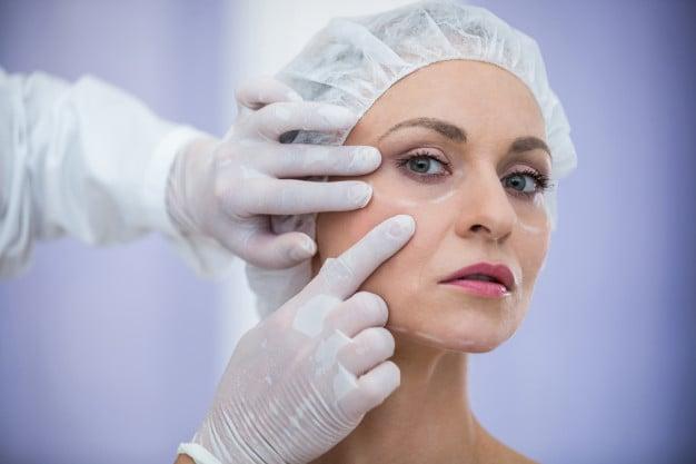 mulher sendo examinada pelo dermatologista