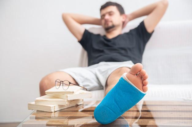 homem se recuperando de uma luxação no pé