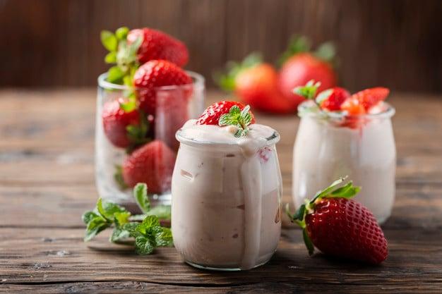 gelato de iogurte e morangos