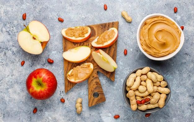 Opções de Café da Manhã Low Carb- maçã com manteiga de amêndoas