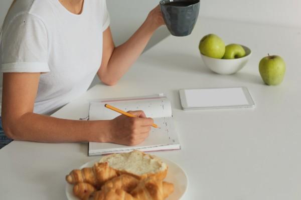 mulher com diário alimentar