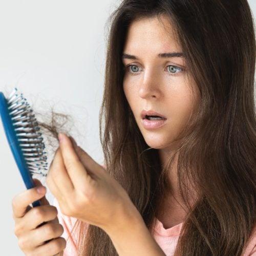 mulher com queda de cabelo
