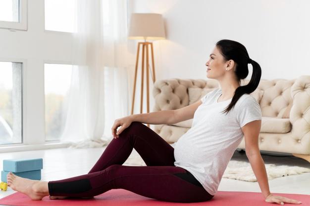 mulher grávida praticando exercícios físicos