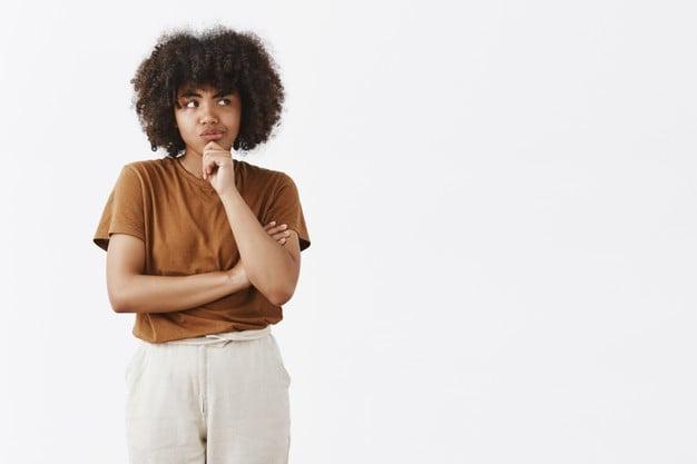 mulher negra em dúvida