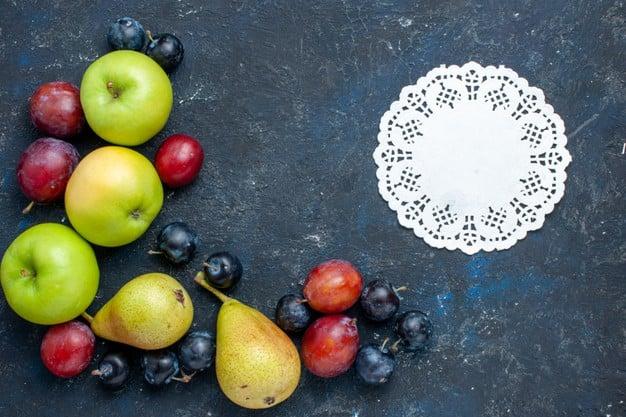 Espetinho de Frutas Light com ameixa, maçã e pera