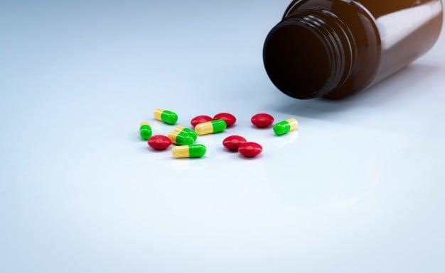 pílulas saindo do frasco