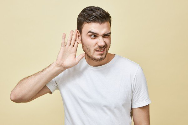 dificuldade para ouvir