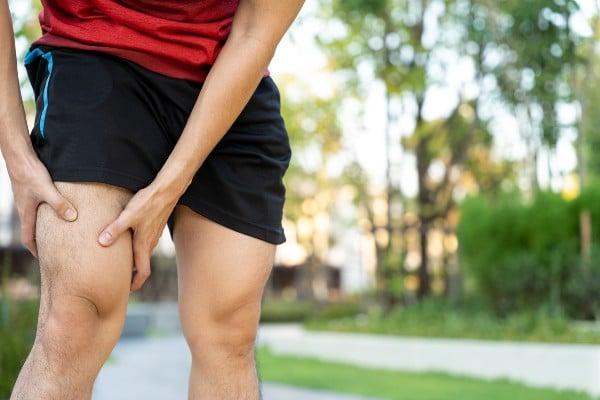 homem com dor atrás do joelho