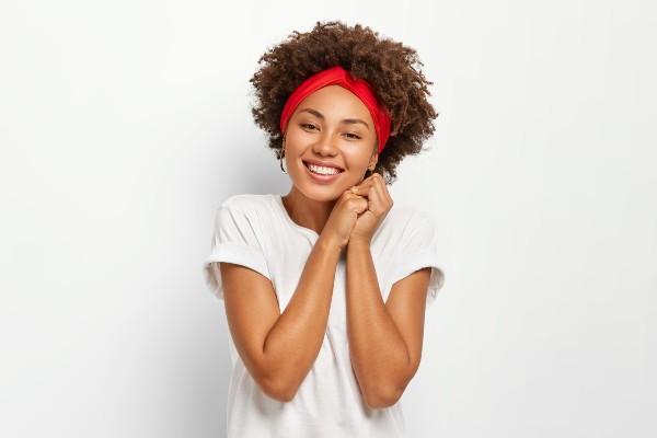 mulher com cabelos naturais