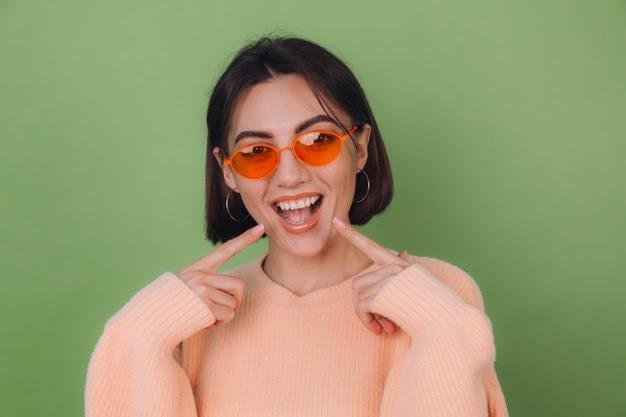 óculos com lentes cor de laranja