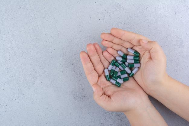 mulher com cápsulas nas mãos