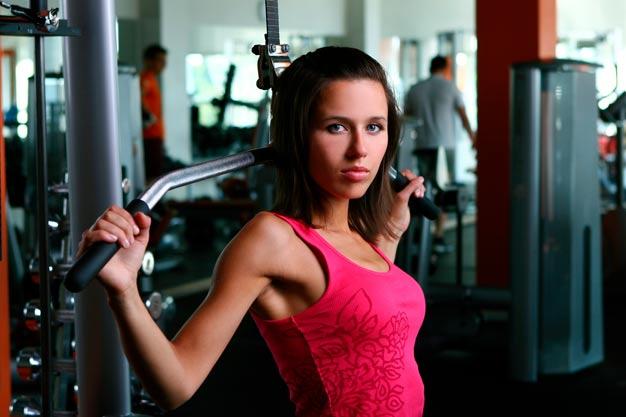 adolescente fazendo musculação