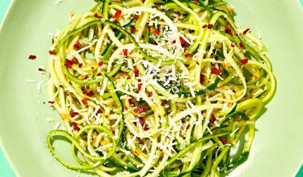 espaguete de abobrinha light ao alho e óleo