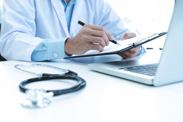 Médico interpretando resultado