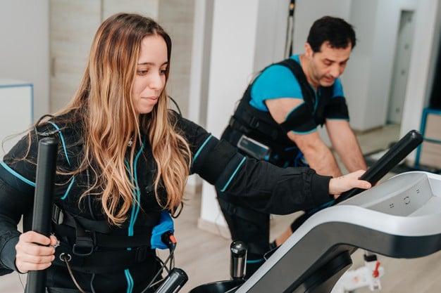 Mulher se exercitando no elíptico