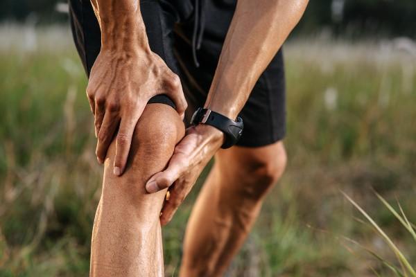 mãos no joelho
