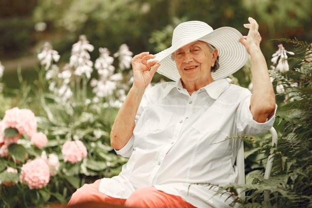 idosa ajeitando o chapéu