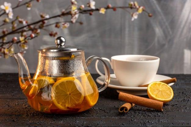 jarra com chá e rodelas de limão