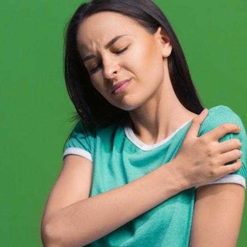 mulher com dor no ombro