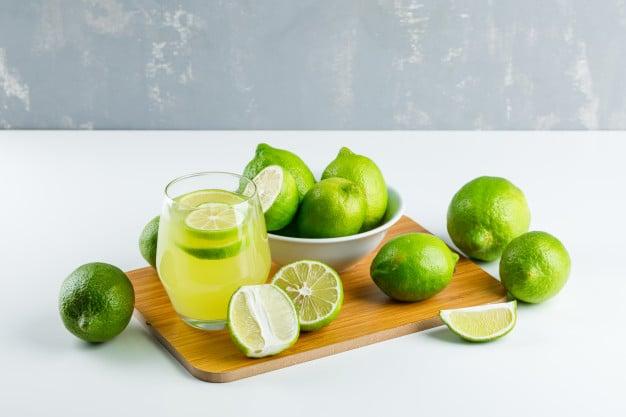 suco de limão com casca
