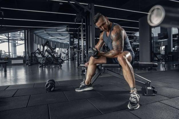 homem treinando bíceps com halter