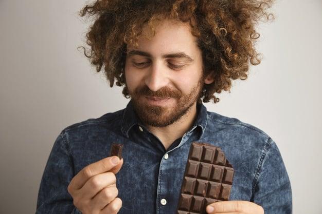 Homem comendo chocolate