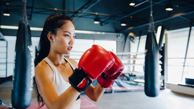 mulher fazendo aula de body combat
