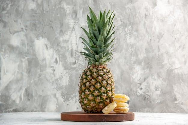 abacaxi na mesa