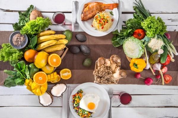 mesa com alimentos saudáveis