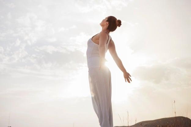 mulher saudável e se energisando