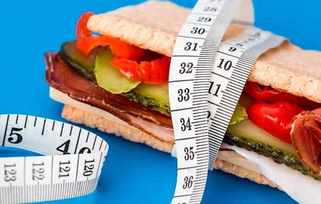 sanduiche com fita métrica ao redor