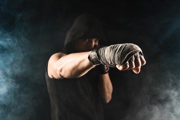 homem fazendo body combat