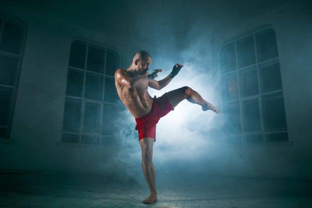 homem fazendo muay thai