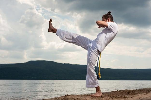 Homem praticando capoeira
