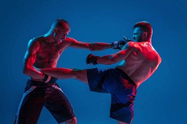 homens lutando kickboxing