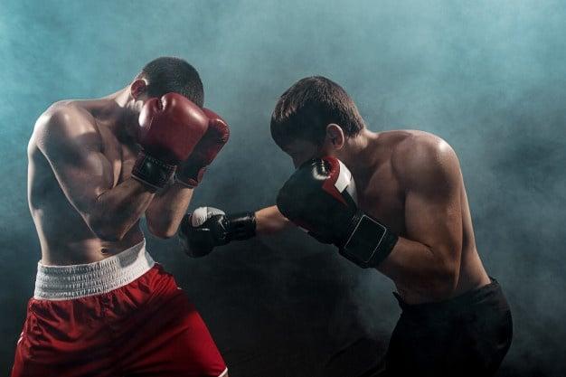 homens praticando boxe