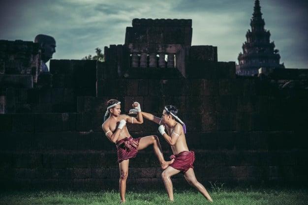 homens praticando muay thai