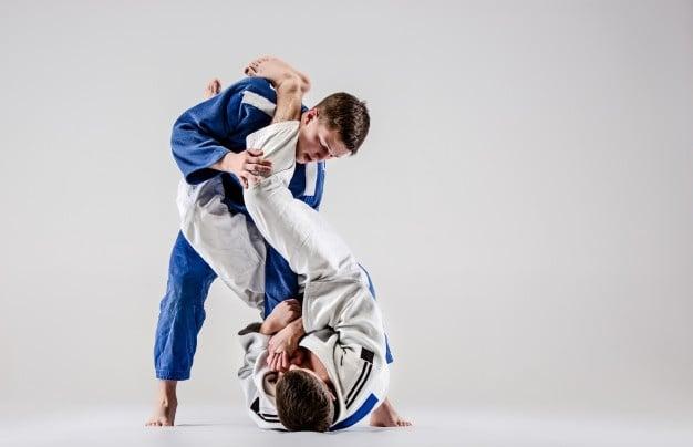 homens treinando jiu jitsu