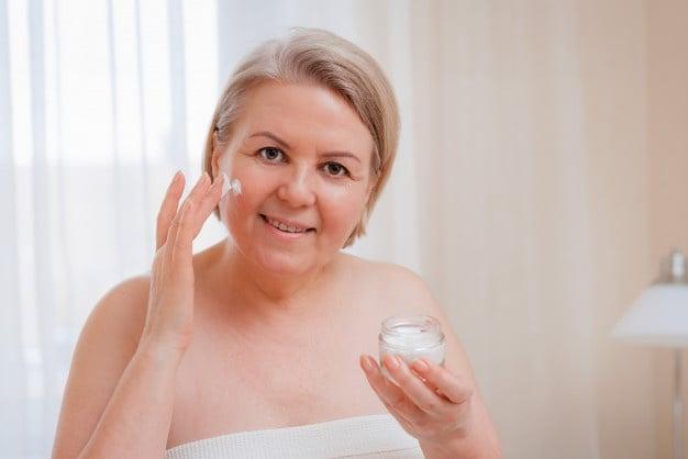 idosa cuidando da pele