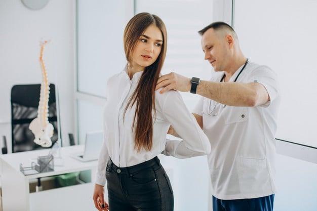 mulher com escoliose no médico
