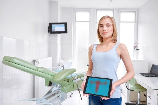 mulher no consultório do ginecologista