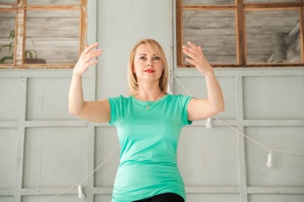 Mulher praticando tai chi chuan